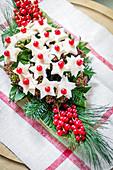 Käse-Brot-Sterne mir roter Johannisbeere auf Weihnachtsgesteck