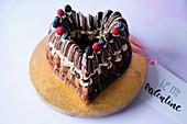 Schokoladen-Herzkuchen mit Vanillecreme und Beeren zum Valentinstag