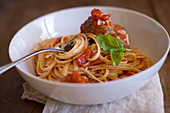 Linguine with meatballs in tomato sauce