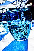 Wasserglas mit blauem Effektlicht