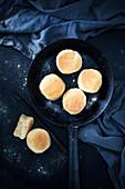 Vegane englische Muffins (in der Pfanne gebackenes, in Maismehl gewälztes Hefegebäck)