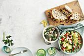 Curry-Hühnchen und Apfel-Rotkohl-Sandwiches, italienische Reis-Hackbällchen in Brühe und Nudelsalat mit Tomaten, Basilikum und Bohnen