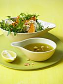 Kürbis-Rucolasalat mit Ziegenkäse und Zitronendressing