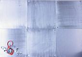 Metalluntergrund mit Utensilien für Einmachgläser