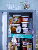 Verschiedene Einmachgläser im Küchenschrank