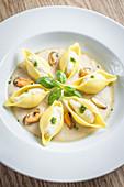 Conchiglioni mit Makrelen-Ricotta-Mousse, Pesto und Muscheln