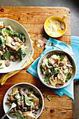Pasta mit Lammhackbällchen, Champignons und Babyspinat