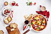 Quinoa-Porridge mit Beeren, Erdnussbutter-Bananenbrot und Saganaki-Eier