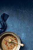 Teller mit Gabel und Essensresten