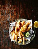 Fischstreifen in Bierpanade mit Pommes und Avocadodip