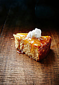 Ein Stück Upside Down Cake mit Ananas und Kokosnuss