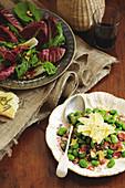 Radicchio-Rucola-Salat mit Balsamico-Vinaigrette und warme Favebohnen mit Pancetta und Pecorino