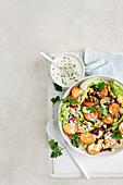 Salat mit gebratenen Kartoffeln, Bohnen, Mais und Buttermilchdressing