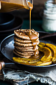 Spelt pancakes with bananas and vegan caramel sauce (vegan)