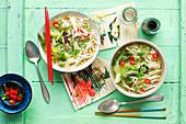 Hühnerbrühe mit Ramen, Bok Choy, Sprossen und Kräutern (Asien)