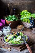 Herbstlicher Salat mit Stangensellerie, Trauben, Apfel und Nüssen