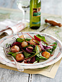 Salad with balsamic baby onions