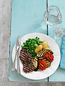 Gegrilltes Pfeffersteak mit Gemüse und Kartoffeln