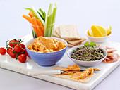 Mezze-Platte mit Dips und Gemüsesticks