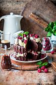 Schokoladen-Himbeer-Kuchen mit Schlagsahne, angeschnitten