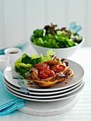 Tomaten Tarte Tatin mit Blattsalat