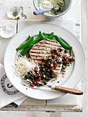 Gegrilltes Thunfischsteak mit Salsa und Erbsenschoten