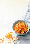 Rohe Möhrenspaghetti mit Sauerkraut und Erdnüssen