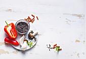 Schwarze Linsen, Vollkornnudeln, Paprika und Pilze