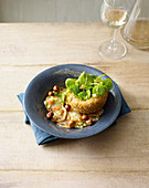 Gebratene Portobello-Pilze mit Portulak und Sauce Vierge