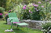 Liegestuhl im Garten am Dahlienbeet