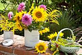 Ländliche Sträuße mit Dahlien, Sonnenblumen und Goldrute