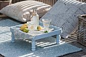 Outdoor-Teppich und Kissen als Sitzplatz, kleiner Beistelltisch