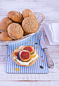 Wholemeal rolls with figs and honey