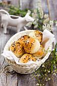 Brötchen mit schwarzem Sesam im Brotkorb