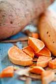 Süsskartoffeln, teilweise geschnitten