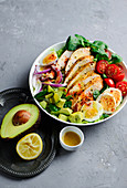 Hähnchensalat mit Avocado, Eiern und Tomaten