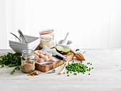 Stillleben mit Hähnchenfleisch, Erbsen, Zitronengras, Limetten und Curry
