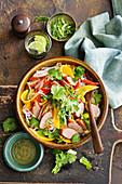 Thailändischer Salat mit Schweinswurst, Mango und Nudeln