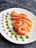 Lachs-Sashimi mit Dips auf Servierplatte (Japan)