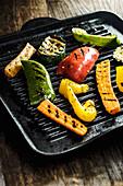 Gegrilltes Gemüse in Grillpfanne
