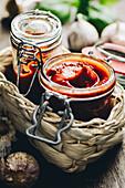 Selbstgemachte Tomatensauce in Bügelgläsern