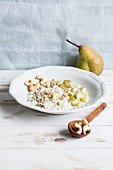 Joghurtmüsli mit Birne und Nüssen
