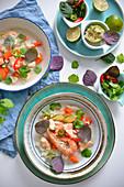 Fischsuppe mit Garnelen und Lachs (Thailand)