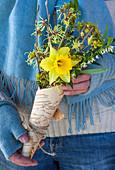 Strauß mit Narzisse und winterblühenden Zweigen