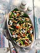 Pasta salad with spinach, peas and goat's cheese