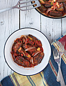 Auberginen-Tomaten-Eintopf mit Zwiebeln und Petersilie