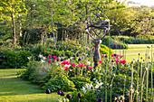 Frühlingsbeet mit Tulpen und Sonnenuhr