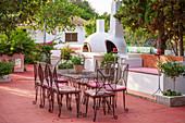 Mediterrane Terrasse mit Sitzgruppe und Pizzaofen