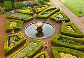 Formaler Garten mit Buchs-Hecken und Springbrunnen
