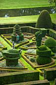 Formaler Garten mit Formschnitt-Gehölzen und Hecken